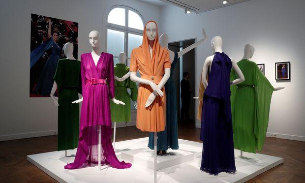 40 Jahre Modegeschichte bilden die Kleidungsstücke ab.
