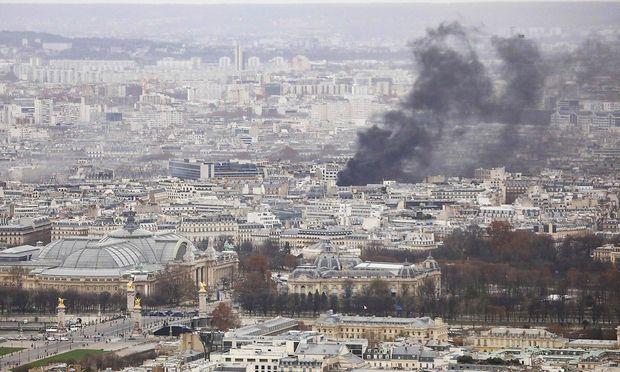 Schwarzer Rauch über Paris