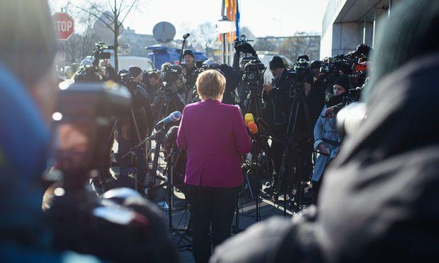 Angela Merkel tritt vor der finalen Verhandlungsrunde im Konrad-Adenauer-Haus der CDU in Berlin vor die Medien.