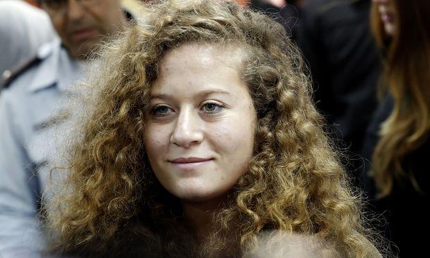 Ahed Tamimi steht mit ihrer Mutter Nariman vor Gericht. Der Jugendlichen werden auch Angriffe auf israelische Sicherheitskräfte in weiteren Fällen sowie ein Aufruf zu Anschlägen vorgeworfen.