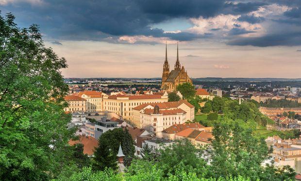 Blick auf Brno von der Festung Spielberg/ˇSpilberk aus. Im Zentrum der Stadt die Kathedrale St. Peter und Paul.