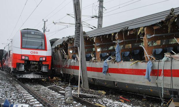 Am Mittwoch könnte die Strecke eingleisig freigegeben werden. Die Ermittlungen zur Unfallursache sind derzeit im Laufen.