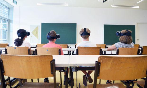 So sieht es an den heimischen Schulen üblicherweise noch nicht aus. Im Future Learning Lab der PH Wien werden Lehrer aber schon im Umgang mit Virtual-Reality-Brillen geschult.