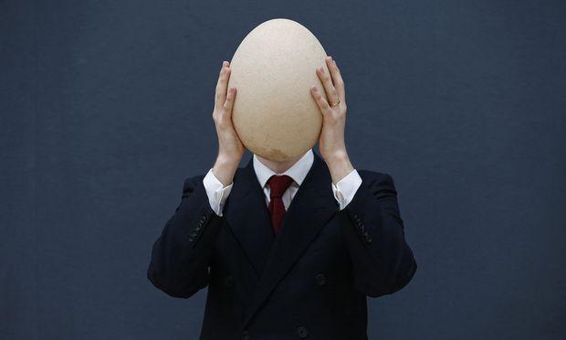 Ein Elefantenvogel-Ei wird in London versteigert.