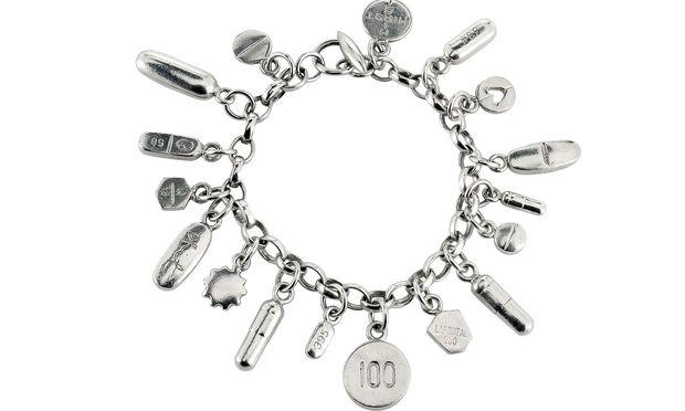 "Damien Hirst. Silberarmband ""Pill Charm Bracelet"", 2004."