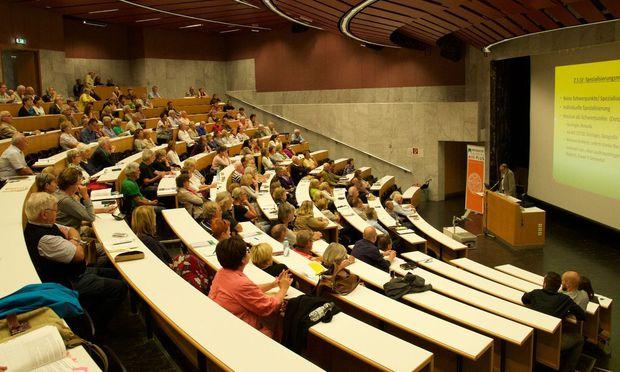 Der Altersschnitt der Hörer ist höher, sonst gleichen die Lehrveranstaltungen der Seniorenuni regulären Vorlesungen.