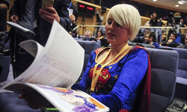 Superwoman kämpft gegen den Brexit. Die britische Aktionskünstlerin Madeleina Kay trat im Brüsseler Pressesaal auf.