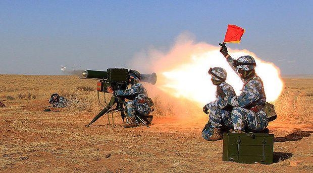 Chinesische Marines mit Panzerabwehrwaffe in Dschibuti