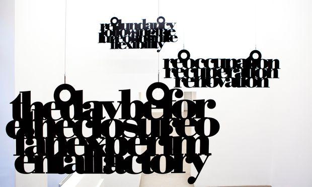 Schreibtischuhr. Liam Gillick untersucht das Verhältnis von Material und Sprache (Meyer Kainer).