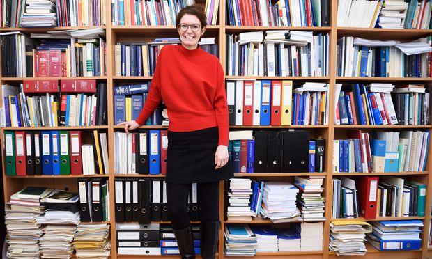 Julia Planitzer arbeitet vorrangig zum Thema Menschenhandel und seinen Zusammenhängen mit den Menschenrechten. / Bild: (c) Die Presse (Clemens Fabry)