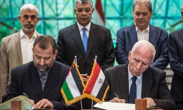 Wollen den Bruderkrieg beilegen: Azam al-Ahmad von der Fatah (r.) und Saleh al-Aruri von der islamistischen Hamas (l.) in Kairo.