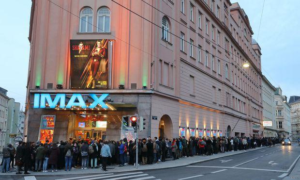 Die Warteschlange vor dem Apollo Kino ließ sich sehen.