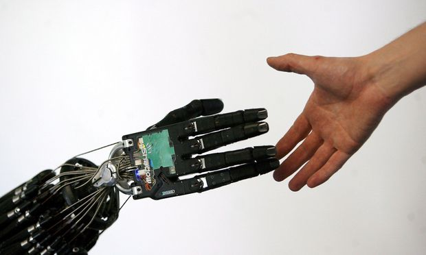 """Eine bisher ungeklärte Frage: Wie wird die Zusammenarbeit zwischen Mensch und Maschine in der """"Society 5.0"""" geregelt? / Bild: EPA"""