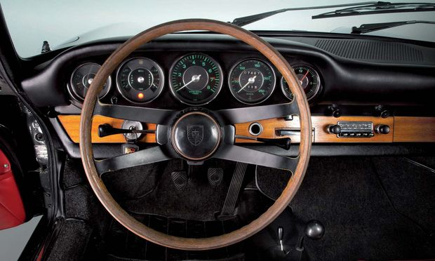 Handarbeit. Volant des ersten Porsche 911 von 1964.