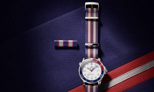 """Die """"Omega Commander's Watch"""", eine Sonderversion der """"Seamaster Diver 300 M"""", verfügt über ein Nato-Band, das die Farbgebung der         Royal British Navy zitiert, in Anlehnung an James Bonds militärischen Rang."""