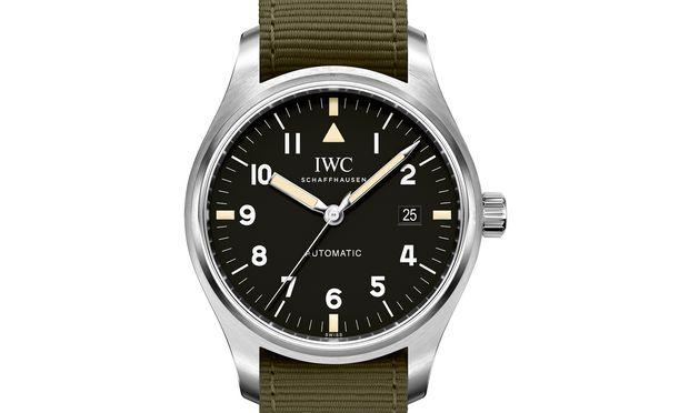 """IWC lässt die ikonische Fliegeruhr """"Mark XI"""" wieder aufleben, zumindest deren typische Merkmale wie die Zifferblattgestaltung und das khakifarbene Nato-Band."""