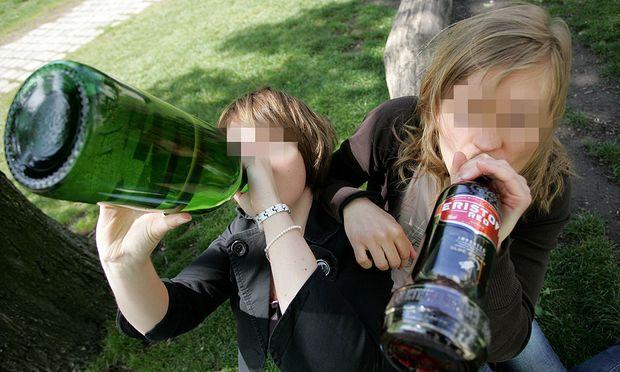 Trinkende Jugendliche
