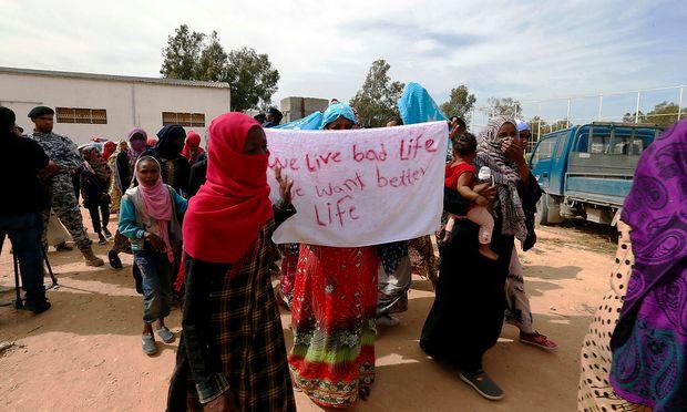 Migranten in einem Internierungslager in Tripolis.