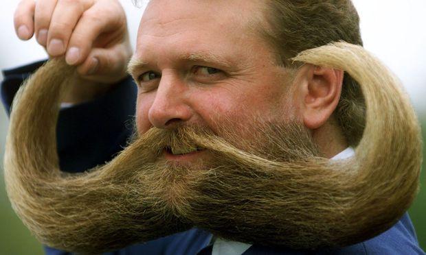 Vollbart ist out, Schnurrbart wieder in.