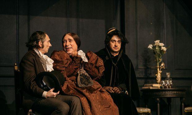 Ein melancholischer Weinberl (Franz Solar, l.), mit Zach als alter Jungfer und Riegler als Christopherl.  / Bild: (C) Schauspielhaus Graz/ Lupi Spuma