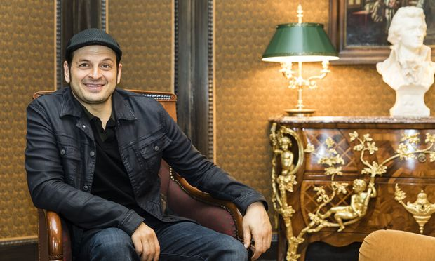 Komiker Kaya Yanar alias Kaya der Erste im imperialen Ambiente des Wiener Bristol.