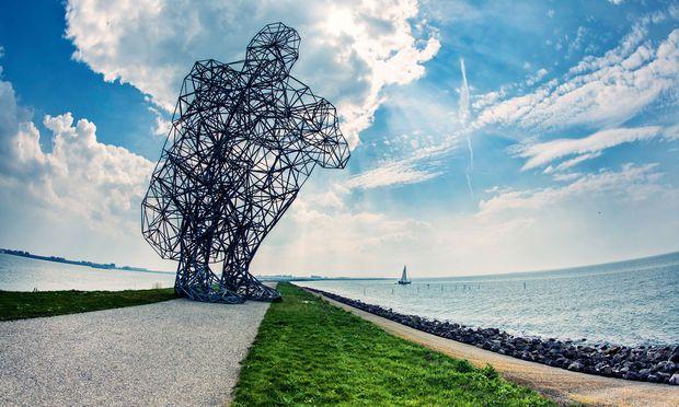 "Antony Gormleys Figur ""Exposure"" hockt in der Nähe von Lelystad"
