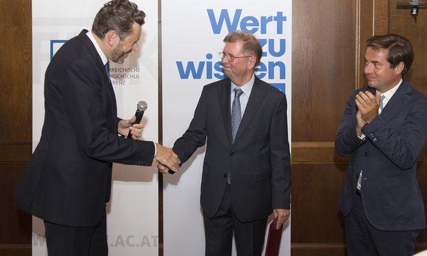 """FH-Empfang mit Neo-Professor: Helmut Holzinger (m.) erfuhr von Minister Harald Mahrer (l.) vom neuen Titel, """"Presse""""-Chefredakteur Rainer Nowak applaudierte."""