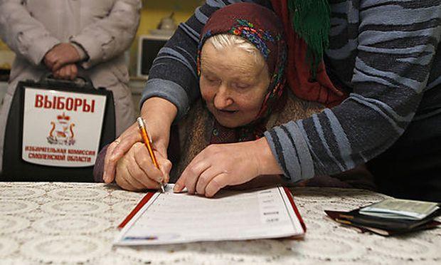 Eine Frau in einem Wahllokal in Oster, östlich von Moskau.