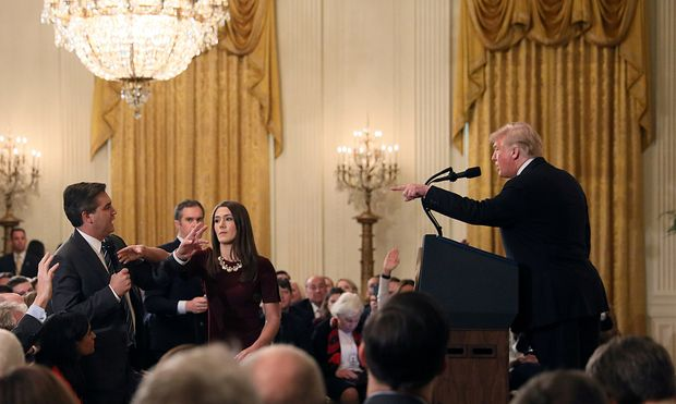 A White House staff member reaches for the microphone held by CNN´s Jim Acosta as he questions U.S. President Donald Trump during a news conference in Washington