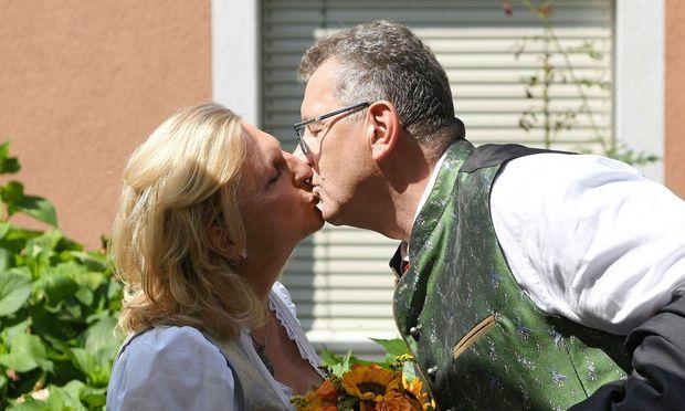 Kneissl Hochzeit Brautpaar Und Gaste Feiern In Gamlitz Diepresse Com