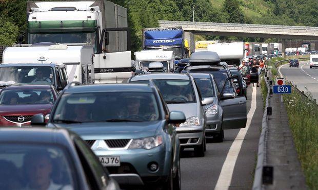 Drei Stunden Zeitverlust zwischen Walserberg und Villach. / Bild: APA/EPA