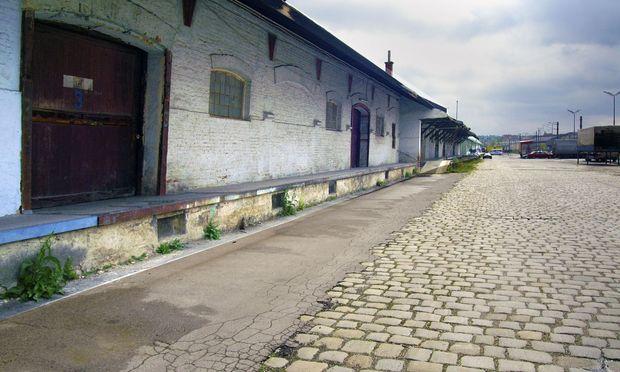 Die Lagerhallen des alten Frachtenbahnhofs zogen die Kinder aus der Umgebung magisch an, viele Anrainer kannten die geheimen Wege durch das Areal.