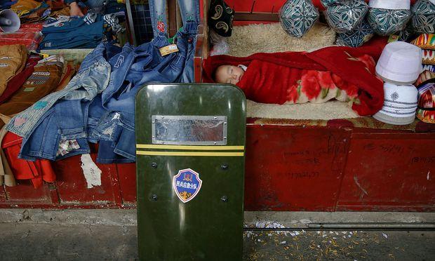 Ein Kleinkind in Xinjiang.