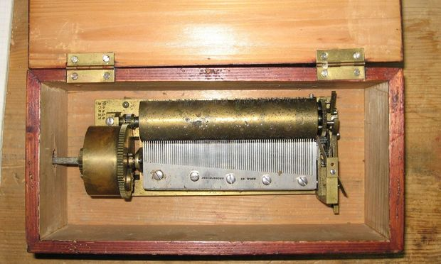Präzise abgestimmte Zähne des Stahlkamms: Drei-Melodien-Werk von J. Olbrich (Wien) mit 12,8-cm-Walze in einer Kassette.