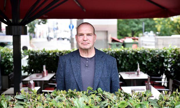 Karl Ritter von Stockerau, wie er gern liebevoll genannt wird, sitzt als Musiker am liebsten zwischen allen Stühlen.