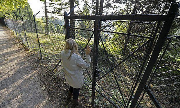 Archivbild - Der Zaun rund um das Gelände des Schlosses Wilhelminenberg, wo die meisten Missbrauchsfälle bekannt sind.