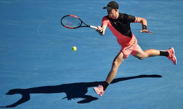 Neon-Farben dominieren auf den Courts in Melbourne, so auch beim britischen Sensationsmann Kyle Edmund. So mancher Beobachter sehnt sich bereits nach Wimbledon und dem dort vorschriftsmäßigen Weiß. / Bild: (c) APA/AFP/PETER PARKS