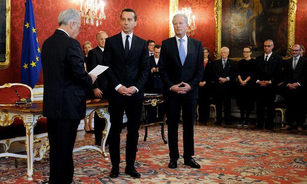 Christian Kern (Mitte) wurde am Dienstag von Bundespräsident Heinz Fischer (l.) als Bundeskanzler angelobt. Vizekanzler Reinhold Mitterlehner übergab ihm die Regierungsgeschäfte.