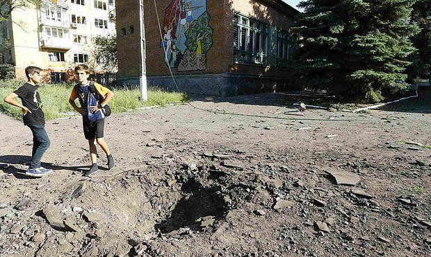 Krater nach einem Geschoß-Einschlag in Kramatorsk