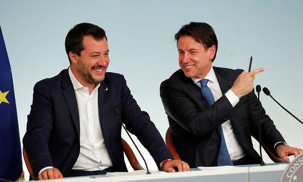Salvini und Regierungschef Giuseppe Conte müssen vorerst kein Defizitverfahren der EU bewältigen.
