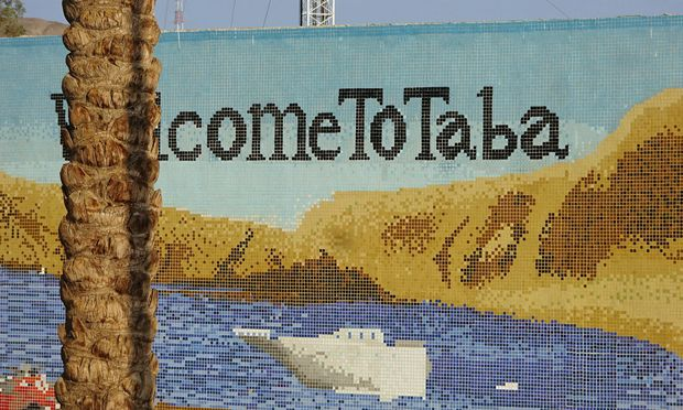 """Position. Taba liegt im """"Vierländereck"""" von Ägypten, Saudiarabien, Jordanien und Israel. Gehört zu Ägypten, das israelische Eilat ist nur sechs  Kilometer entfernt."""