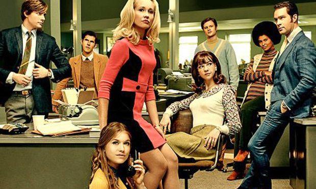 """""""Good Girls"""": Patti (G. Angelson, vorn), Jane (A. Camp in Rosa) und Cindy (E. Drake auf dem Sessel) mit Anwältin (J. Bryant, 2. v. re.)"""