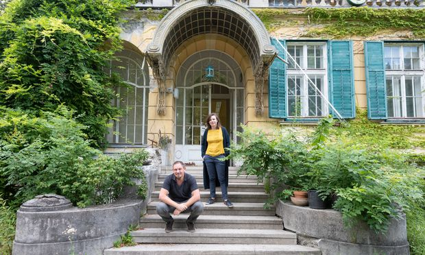 Stefan Stürzer und Marlies Stohl vor der Villa Schapira.