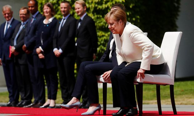 Die deutsche Kanzlerin, Angela Merkel, saß diesmal beim Abspielen der Nationalhymne.