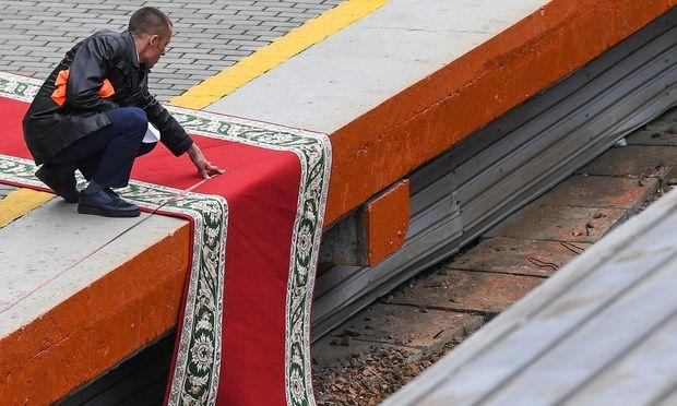 Der rote Teppich am Grenzbahnhof Hassan.