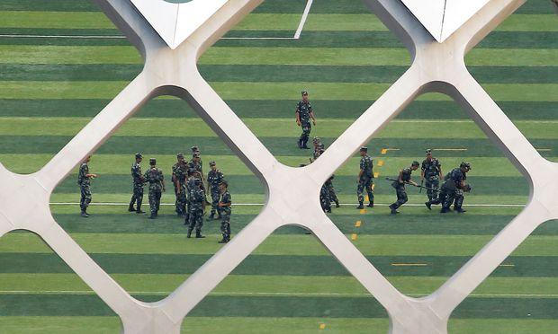 Üben für den Einsatz. Chinesische Soldaten trainieren im Sportzentrum von Shenzhen an der Grenze zu Hongkong.