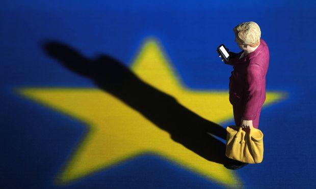 Symbolbild Bundeskanzlerin Dr Angela Merkel und EU Europ�ische Union Miniatur Figur der Kanzlerin s