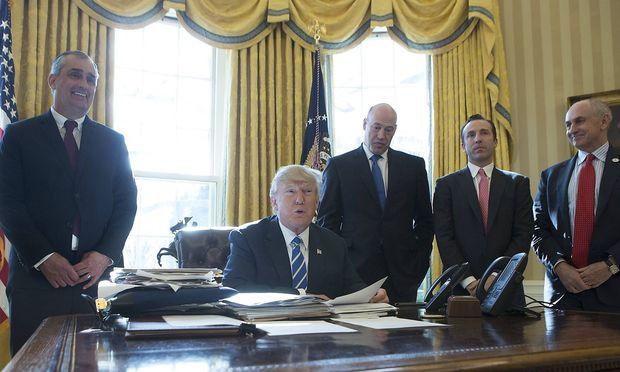 Krzanich (links von Trump) tritt aus dem Beratergremium zurück.