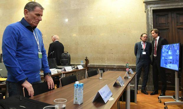 Während sich Karl-Heinz Grasser (ganz rechts im Bild mit seinem Anwalt Norbert Wess) bewusst abseits hielt, stand einmal mehr der Ex-Lobbyist Peter Hochegger im Mittelpunkt des Buwog-Prozesses. / Bild: (c) APA/HELMUT FOHRINGER/APA-POOL