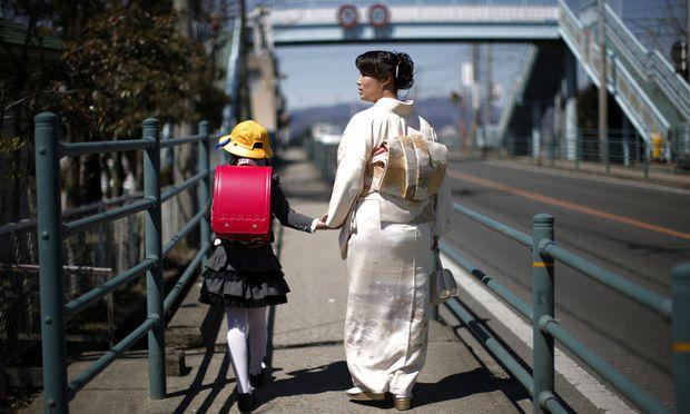 Erster Schultag für ein Mädchen im japanischen Fukushima.
